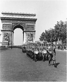 パリを行進するナチス・ドイツ軍